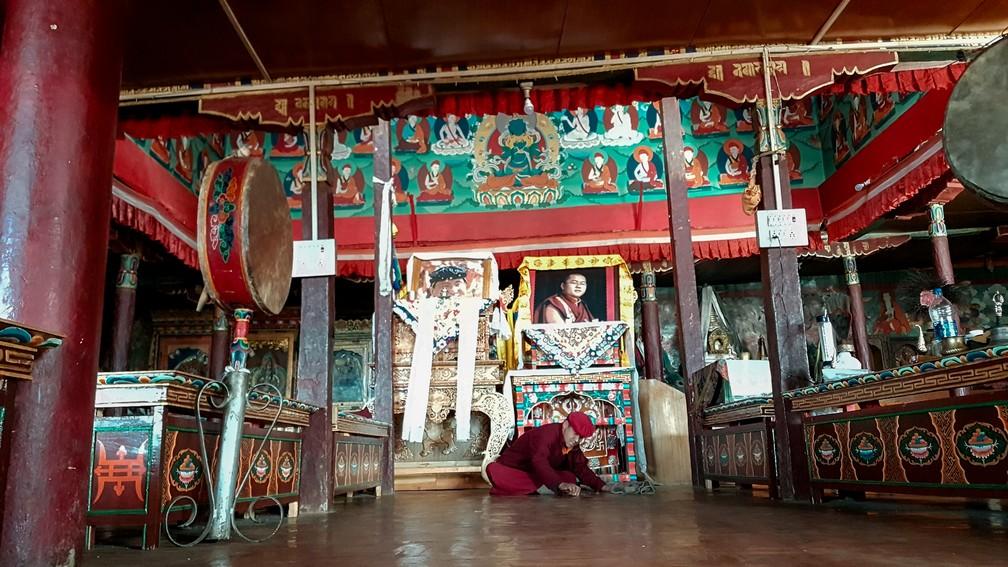 Monge limpa chão do templo de Karzok, em Ladakh, na Índia (Foto: Rafael Miotto / G1)