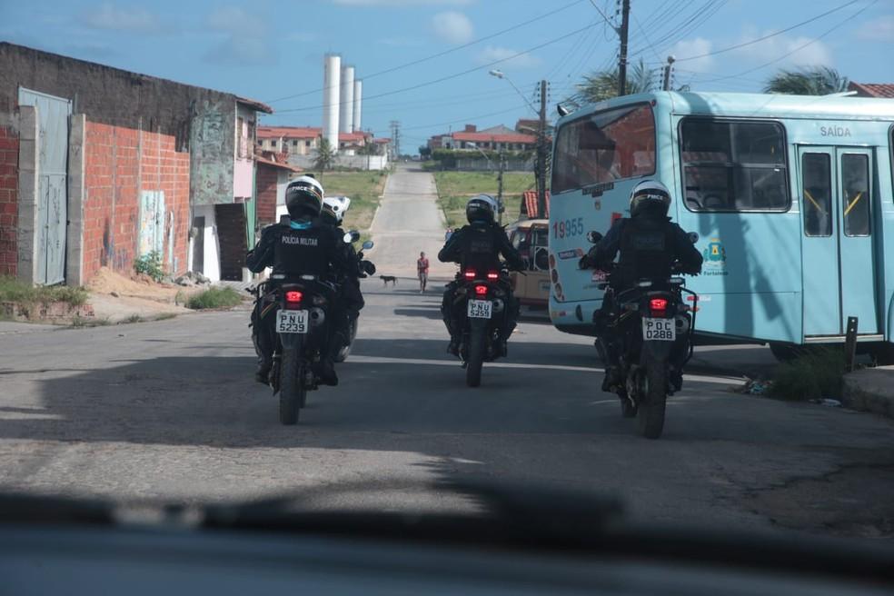 Policiais seguem ônibus em Fortaleza — Foto: José Leomar/Diário do Nordeste