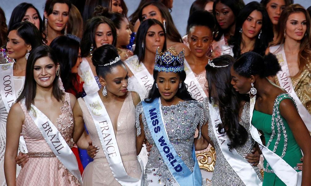 A Miss Brasil Mundo, Elís Miele Coelho (esq.) posa para fotos com outras misses e a vencedora do Miss Mundo, Toni-Ann Singh, da Jamaica — Foto: Henry Nicholls/Reuters