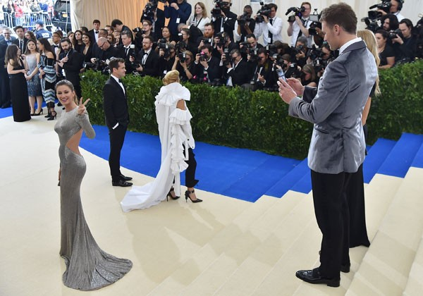 Tom Brady fotografa Gisele Bündchen no MET Gala (Foto: Getty Images)