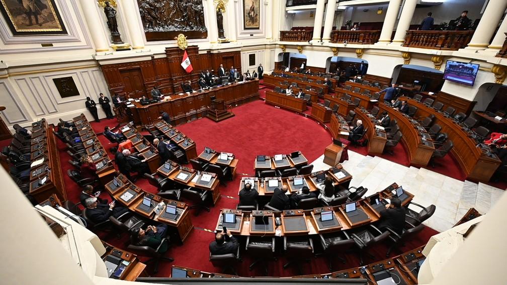 Congressistas peruanos debatem em Lima na segunda-feira (30), pouco antes da dissolução da casa. — Foto: Cris Bouroncle/AFP
