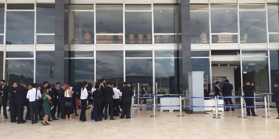 Pessoas aguardam a vez para acompanhar julgamento de habeas corpus de Lula (Foto: Marcelo Rocha/ÉPOCA)