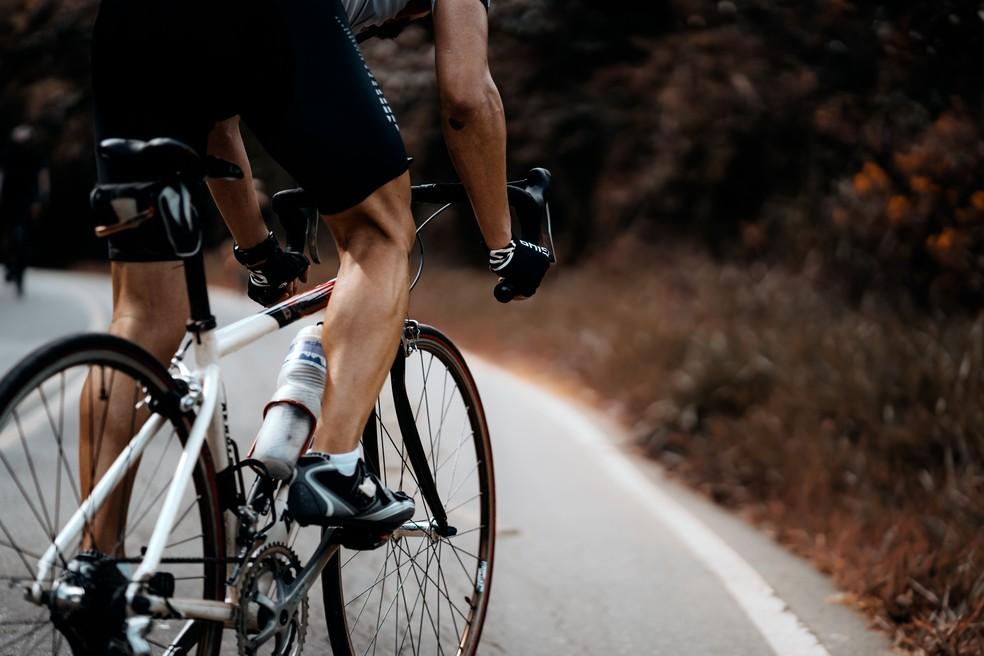 Sapatilha deve encaixar adequadamente no pedal para evitar lesões na sola do pé e dormência nos dedos — Foto: Unsplash