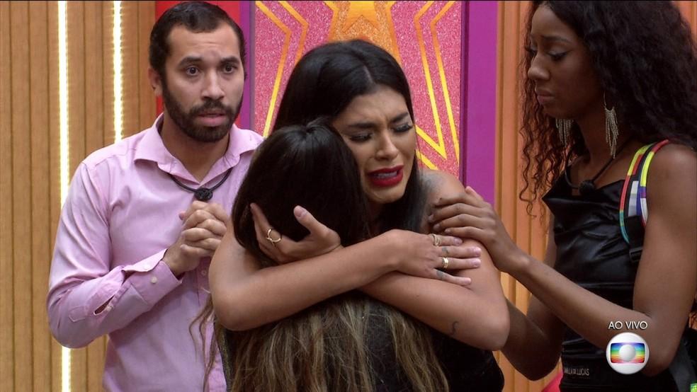 Pocah abraça Juliette  — Foto: Globo