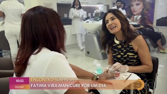 Fátima Bernardes troca de lugar com profissional de salão e vira manicure por um dia