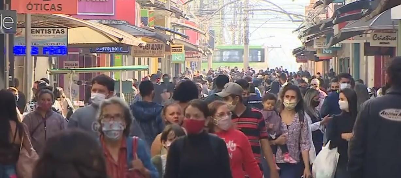 Calçadão de São José dos Campos fica movimentado em dia de reabertura de comércio