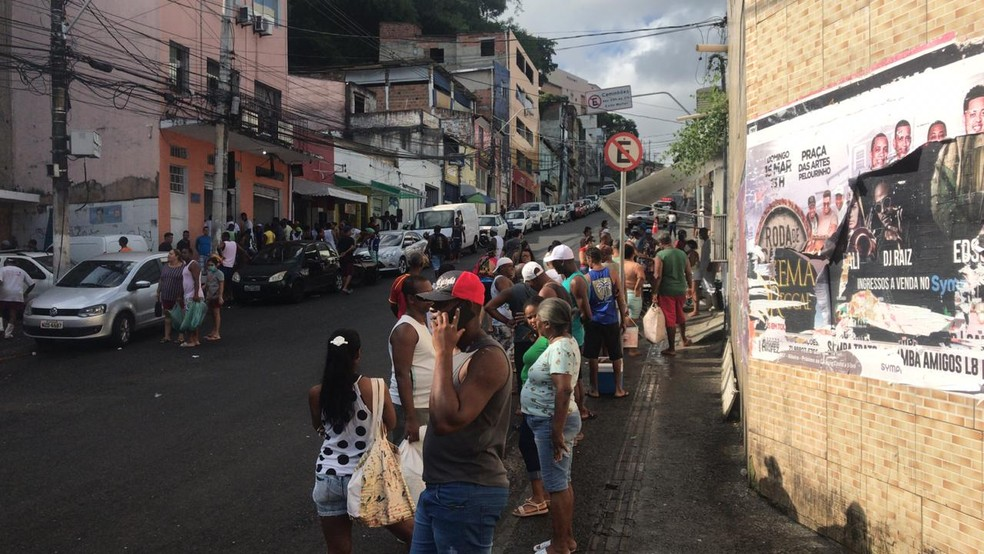 O comércio também amanheceu cheio na Ladeira da Água Brusca, em Salvador — Foto: Renan Pinheiros/TV Bahia