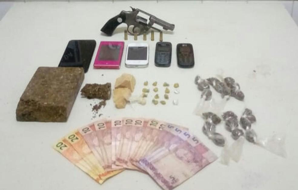 O trio e as drogas foram apresentados na Delegacia Territorial de Itaberaba. (Foto: Divulgação/SSP-BA)