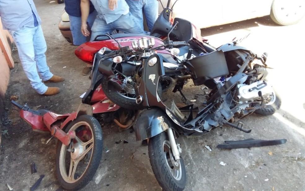 Após furar sinal, carro atingiu outras três motos que estavam estacionadas  — Foto: Reprodução/TV Anhanguera