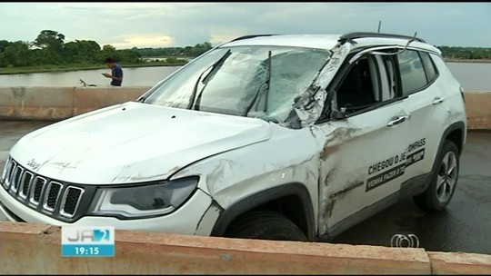 Dois ficam feridos após funcionário de concessionária bater carro em poste