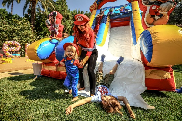 O pequeno Max Liron (deitado) ao lado da mãe, Christina Aguilera, e irmã, Summer (Foto: Getty Images) (Foto: Getty Images)