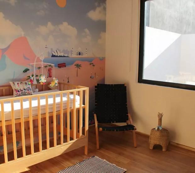 Quarto no México tem papel de parede inspirado no tema de viagens (Foto: Reprodução / Airbnb)
