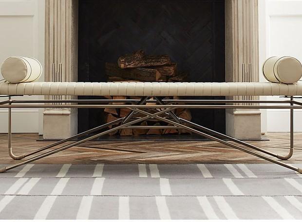 O metal do banco traz modernidade à peça (Foto: CB2/ Reprodução)