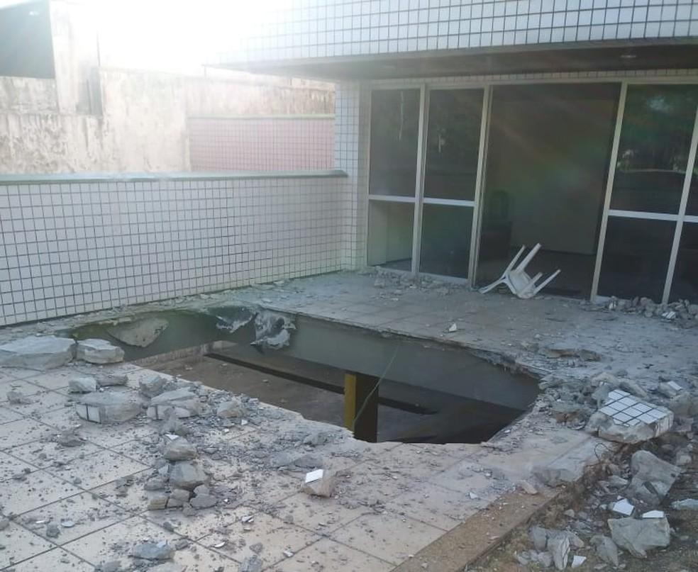 Veículos foram atingidos na garagem de prédio no Bairro Cocó — Foto: Arquivo pessoal