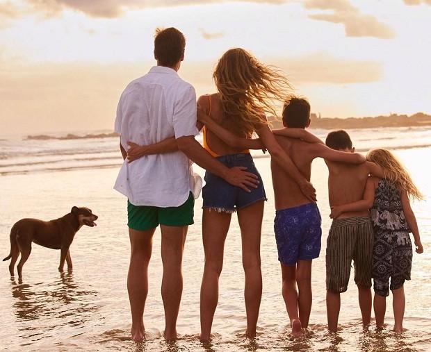 Tom Brady, Gisele Bundchen, Jack, Benjamin e Vivian na praia (Foto: Reprodução/Instagram)