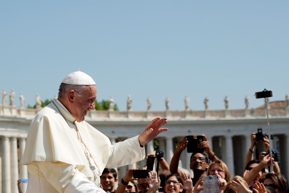 Papa Francisco chega para audiência semanal na Praça São Pedro, no Vaticano, nesta quarta-feira (29)  (Foto: Andrew Medichini/AP)