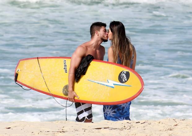 Mayra Cardi troca beijos com Arthur Aguiar em paria no Rio (Foto: Agnews)