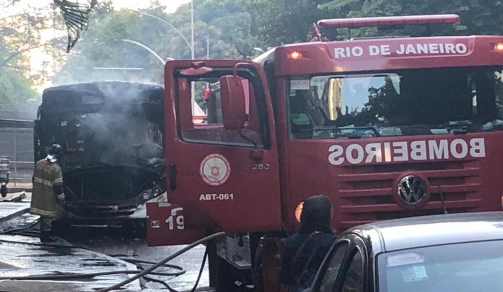 Corpo de Bombeiros apaga o incêndio ao coletivo no Flamengo — Foto: Reprodução/Centro de Operações Rio