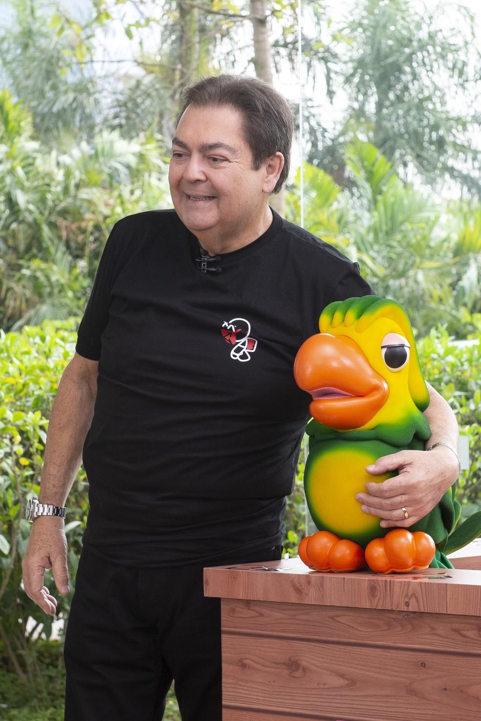 Fausto Silva posa com Louro José nos 20 anos do Mais Você — Foto: Globo/Fábio Rocha