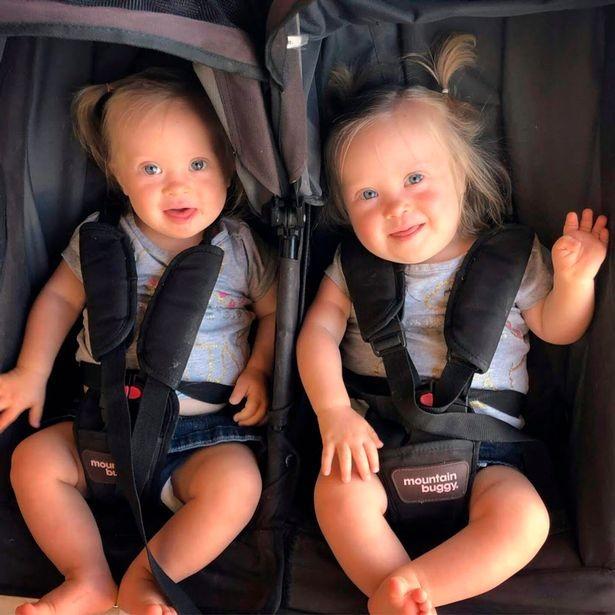 Gêmeas completaram 1 ano (Foto: Reprodução/Mirror)