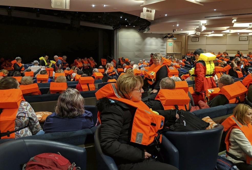 Passageiros a bordo do Viking Sky aguardam ser evacuados neste sábado (23) — Foto: Michal Stewart via AP