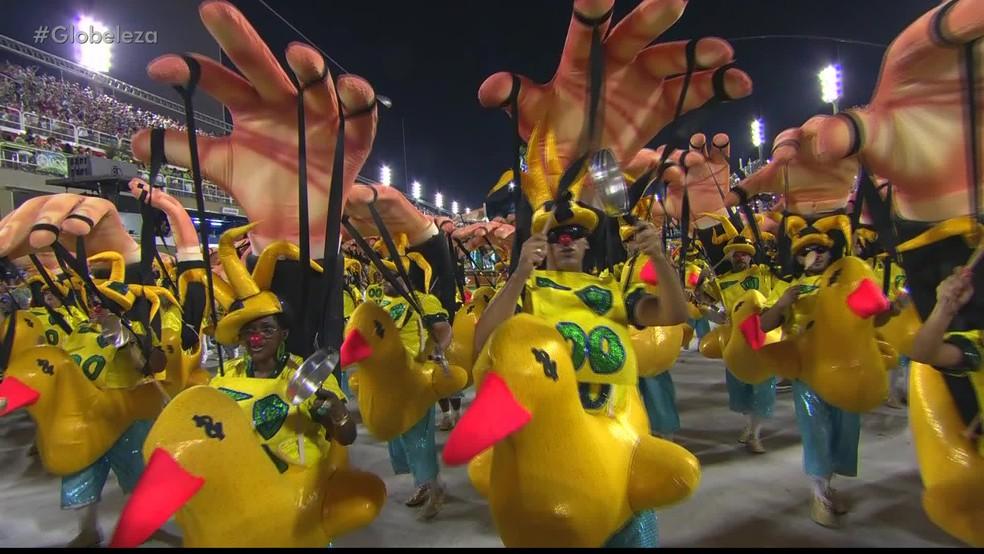 """Ala da Tuiuti ironiza manifestantes """"fantoches"""" (Foto: Reprodução/TV Globo)"""