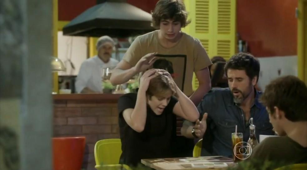 Pedro (Rafael Vitti) derruba suco em cima de Karina (Isabella Santoni).  — Foto: Globo