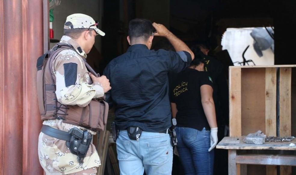 Policiais e peritos entram em local de crime em Mossoró, RN  (Foto: Marcelino Neto/O Câmera)