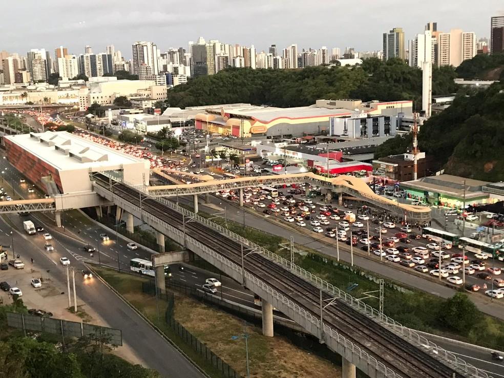 Motoristas enfrentam congestionamento entre Av. Bonocô e ACM, em Salvador — Foto: Isabela Cardoso/G1