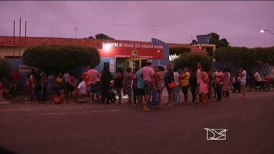 Pais passam madrugada em fila para conseguir vaga em escola no MA