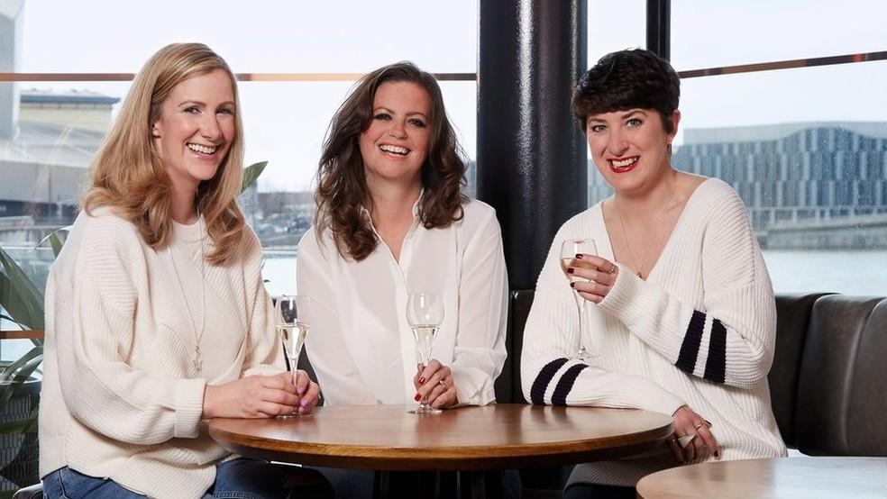 Lauren Mahon e Deborah James continuaram apresentando o podcast 'Eu, você e o Grande C' (Foto: Claire Wood/BBC)