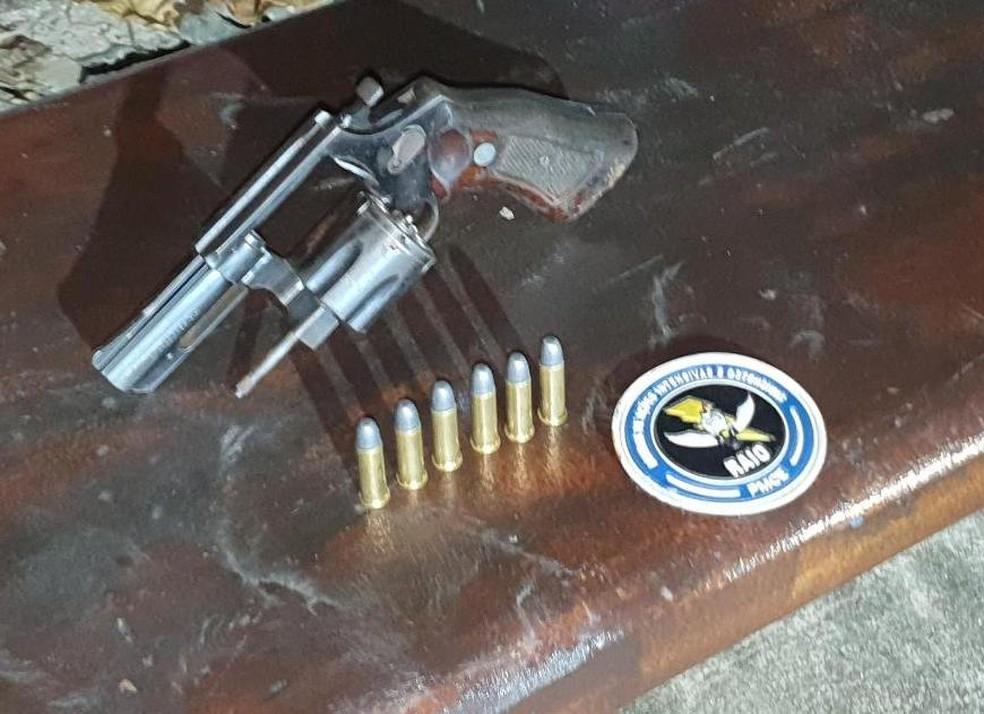 Revólver municiado foi apreendido pelo Raio durante abordagem a jovem e adolescente no bairro Goiabeiras, em Fortaleza. — Foto: Polícia Militar/ Divulgação