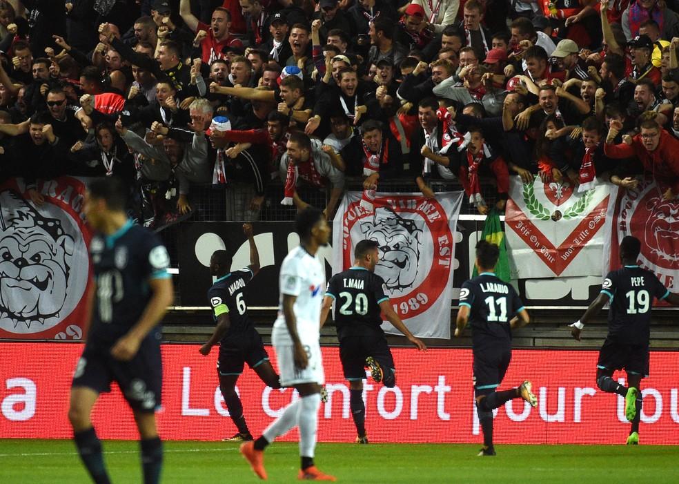 Os jogadores do Lille comemoram o gol, antes do acidente na arquibancada (Foto: AFP)