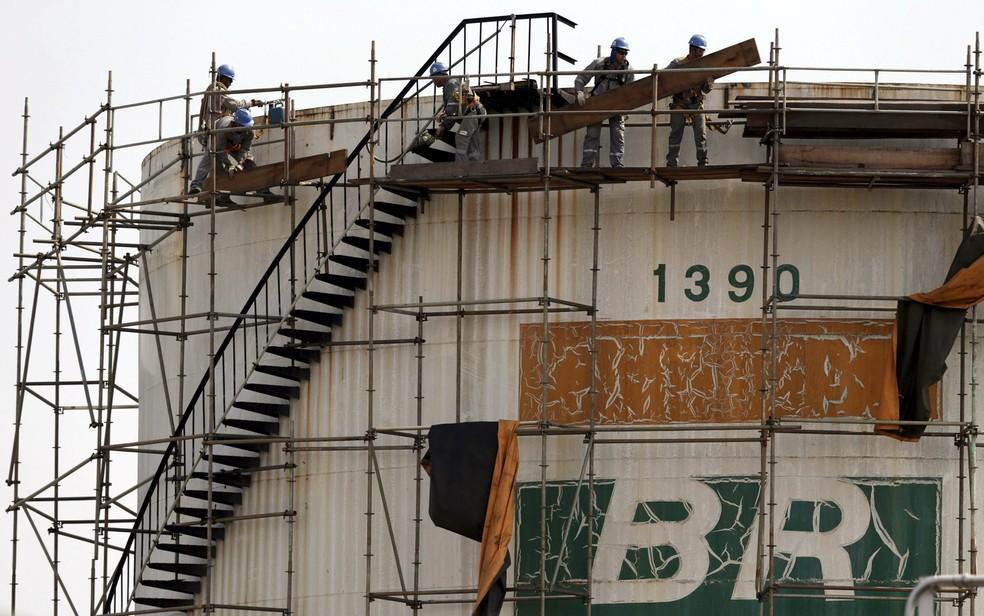 Funcionários da Petrobras trabalham em um tanque de empresa em Brasília. A empresa anunciou que iria aumentar o preço da gasolina em 6% e do diesel em 4% nas refinarias do país. A mudança entra em vigor nesta quarta-feira (30)  — Foto:  Ueslei Marcelino/Reuters