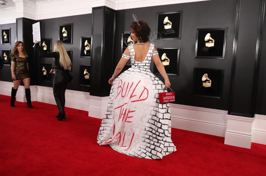 Durante o Grammy 2019, Joy Villa mostra vestido com a mensagem