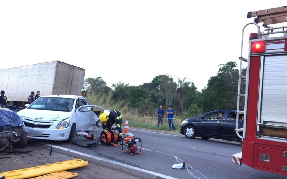 Bombeiros tiram corpo da motorista de 31 anos preso nas ferragens após acidente na BR-153 — Foto: Divulgação/Corpo de Bombeiros