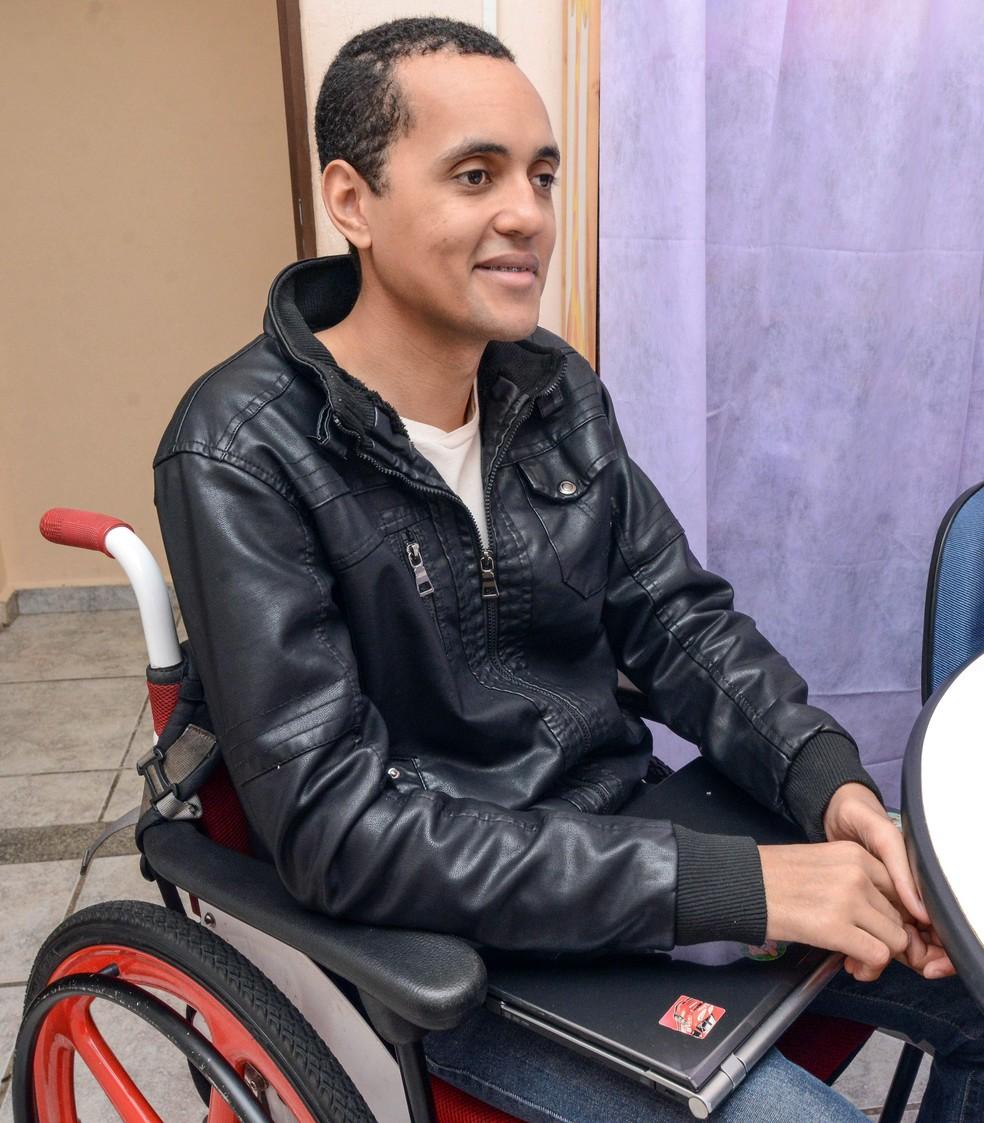 Professor cadeirante perdeu a visão aos 13 anos (Foto: Prefeitura de Rio Claro/Divulgação)