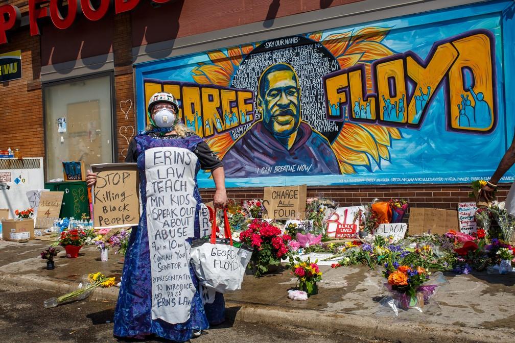 Manifestante para ao lado de um memorial em homenagem a George Floyd em Minneapolis, Minnesota, no sábado (30). Floyd morreu depois de ser asfixiado por um policial branco. — Foto: Kerem Yucel / AFP