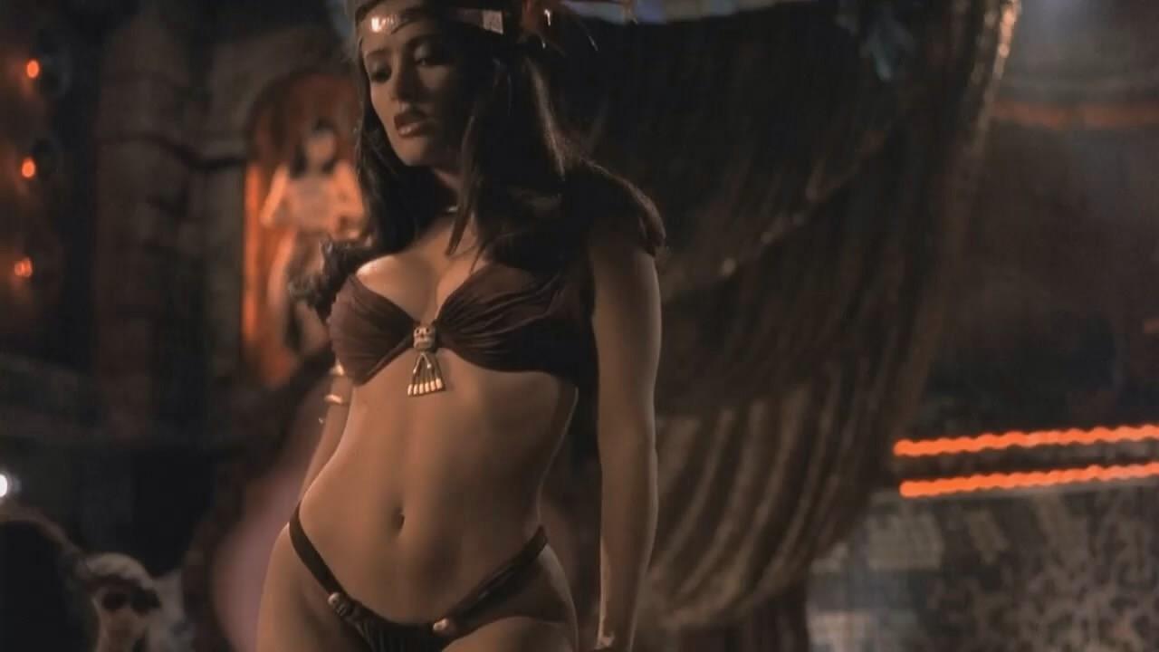 A atriz Salma Hayek em cena de Um Drink no Inferno (1996) (Foto: Reprodução)