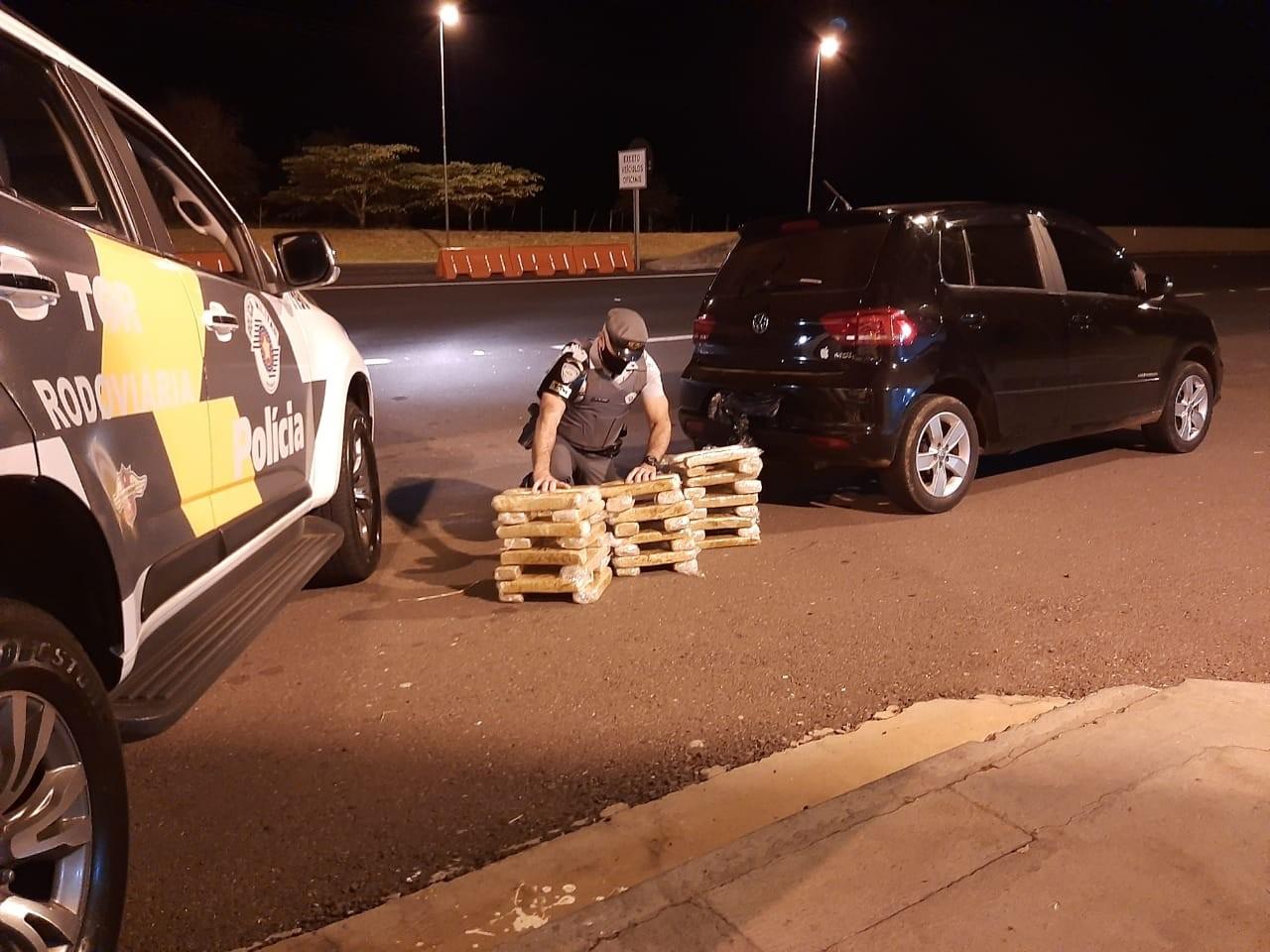 Fiscalização apreende 50 tabletes de maconha escondidos em bancos de veículo em Presidente Venceslau
