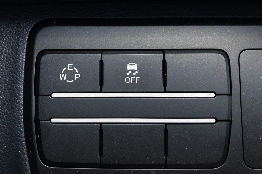 SsangYong Tivoli tem três modos de condução; seleção é feita em botão à esquerda do volante — Foto: André Paixão/G1