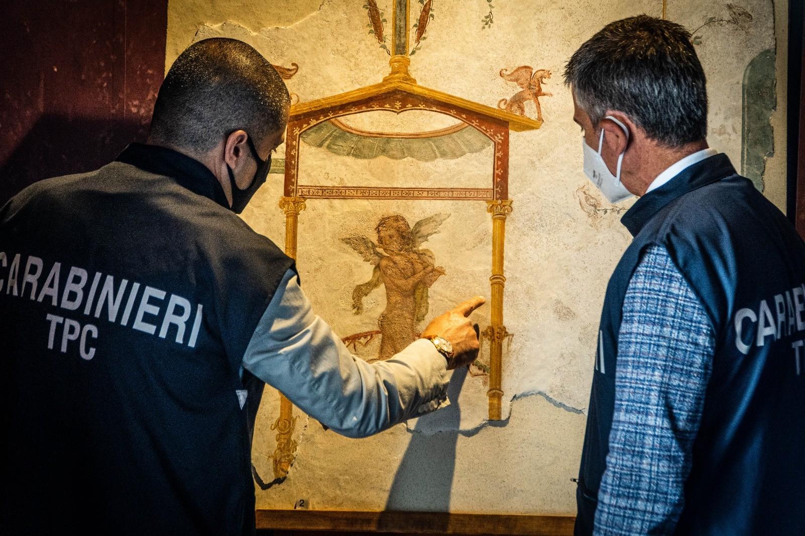 Acima, um dos afrescos recuperados pela polícia italiana em julho de 2020: um querubim nu tocando flauta (Foto: Pompeii Archeological Park)