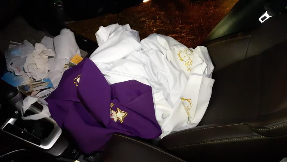 Roupas do padre estavam dentro do carro que foi recuperado — Foto: Polícia Militar de Mato Grosso/Divulgação