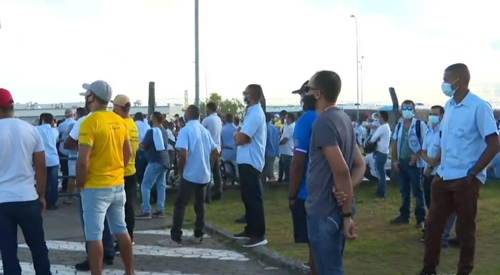Trabalhadores da Ford em protesto contra fechamento de fábrica em Camaçari, na Bahia — Foto: Reprodução/TV Bahia