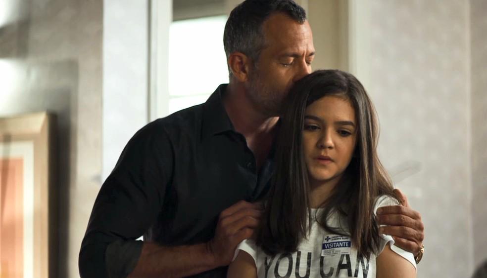 Cássia (Mel Maia) pede perdão a Leandro (Guilherme Leicam) por tê-lo tratado mal, em 'A Dona do Pedaço' — Foto: Globo