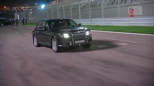 Putin assume direção de limusine e leva presidente egípcio para volta em pista de Fórmula 1