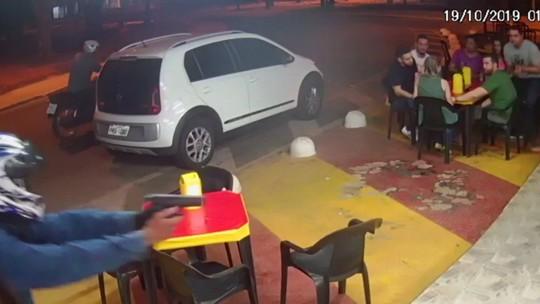 Vídeo mostra quando policial à paisana reage a tentativa de assalto e troca tiros com assaltantes em pit dog de Goiânia