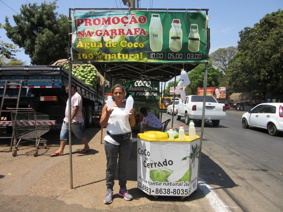 A vendedora Rejana Rodrigues, que vende água de coco na garrafa no DF (Foto: Raquel Morais/G1)