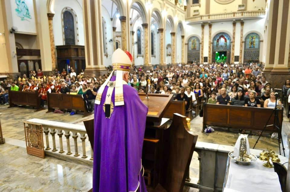 Igreja Católica orienta fiéis a evitar 'abraço da paz' e dar as mãos contra o coronavírus no Sul de MG