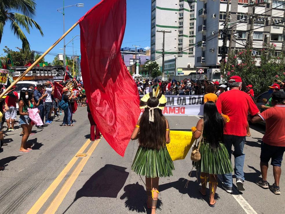 Protesto contra Bolsonaro contou com indígenas em Maceió — Foto: Douglas França/TV Gazeta